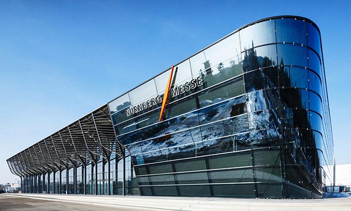 Staví sevýstavní hala NürnbergMesse odZahy Hadid