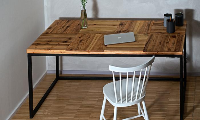 Paletky vyrábí nábytek zexotického dřeva zpalet