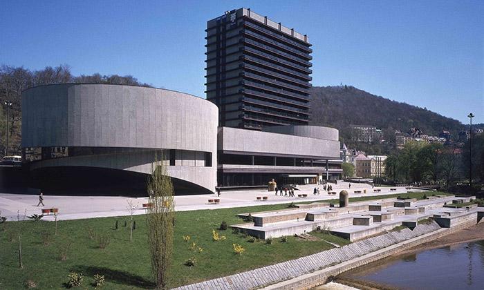 Karlovy Vary vystavují zlatou éru Machoninových
