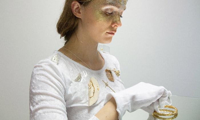 Lhotská vystavuje vGASKu šperky ze zlatého chleba