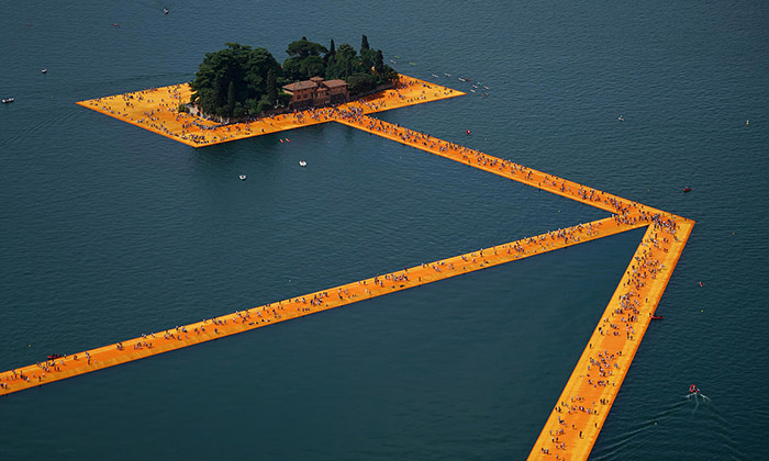 Italské jezero Iseo ozdobilo molo The Floating Piers