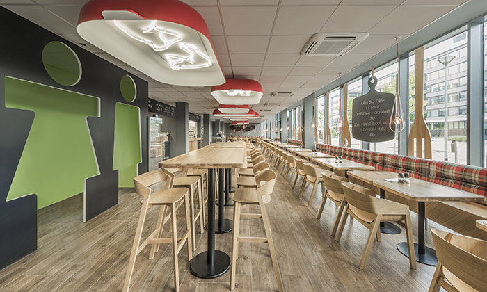 Pražské Red Cafe zdobí svítidla zčervených pekáčů
