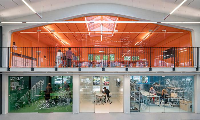 MVRDV má industriálním objektu barevné kanceláře