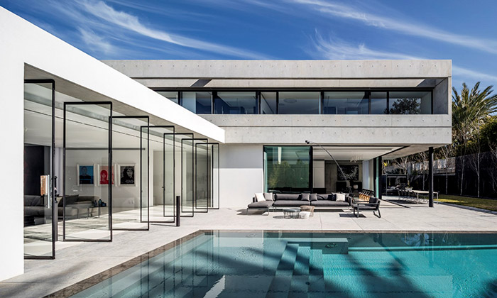 S House zbetonu levituje nad skleněným přízemím