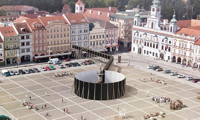 Jan Šépka a ukázka instalace Vnímání v Českých Budějovicích
