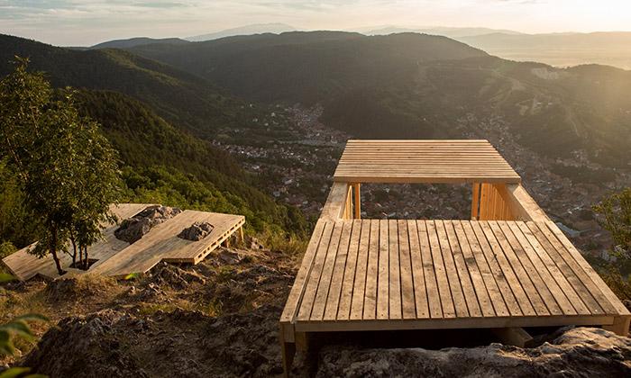 Italové postavili vRumunsku dvě dřevěné vyhlídky
