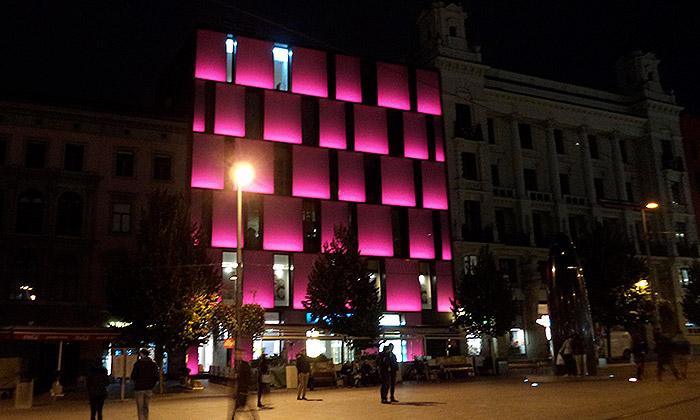 Palác Omega vBrně dostal kvýročí osvětlení barvami