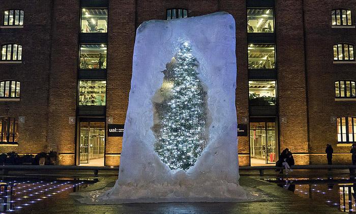 Londýn má vánoční strom ukrytý vobří kostce ledu