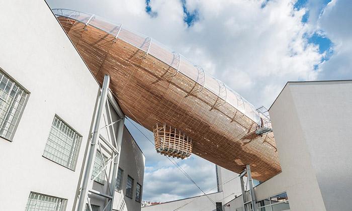 Na pražském DOXu přistála obří dřevěná vzducholoď