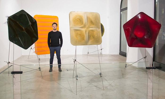 Milan Houser vystavuje obrazy zlaku ibrambory