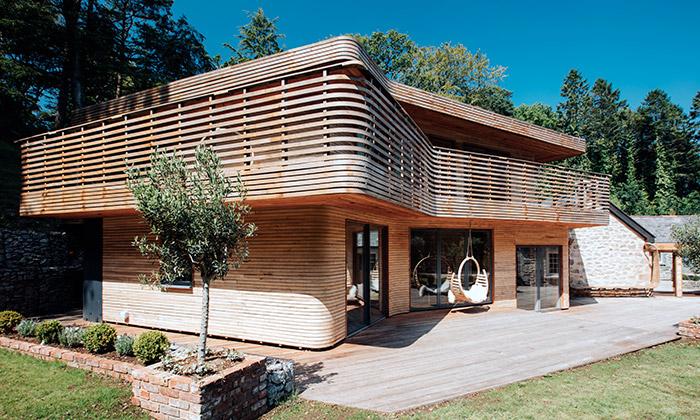 Tom Raffield si postavil dům zohýbaného dřeva
