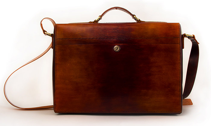 Two Lines ručně vyrábí jednoduché kožené tašky