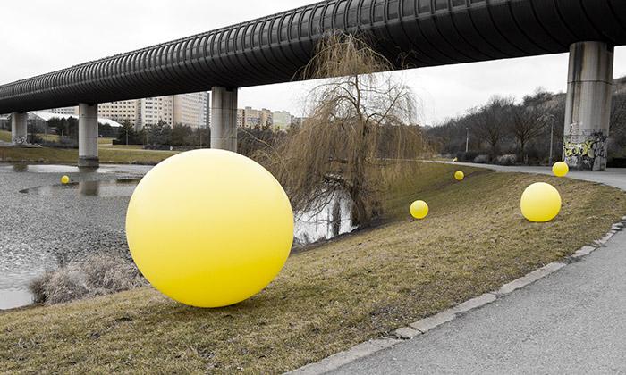 Po Praze putují žluté míče amíří doTančícího domu