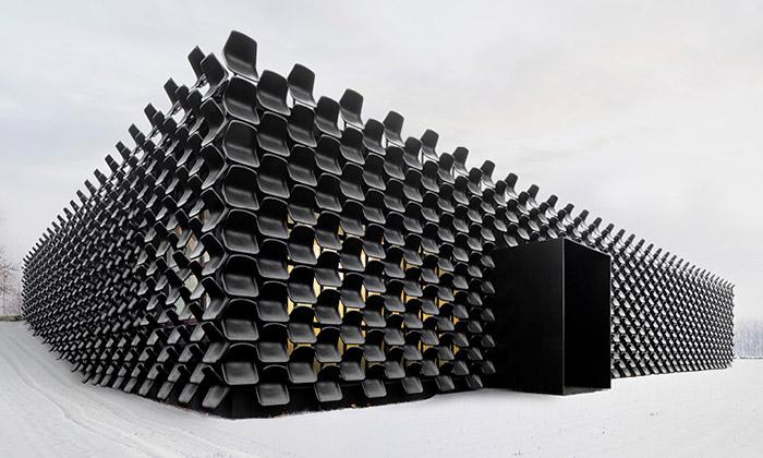 Chybík + Krištof pokryli showroom vBrně židlemi