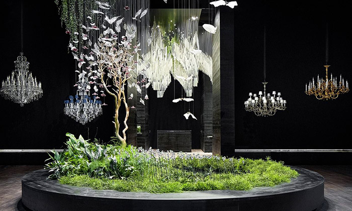 Preciosa vMiláně okouzlila instalací lustrů vpřírodě