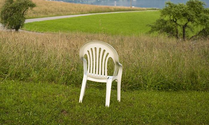 Bílé plastové židli Monobloc jevěnována výstava