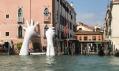 La Biennale v Benátkách: Mani Giganti