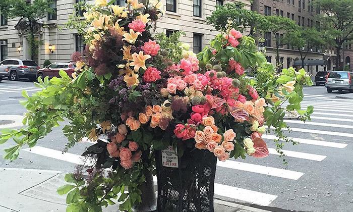 Florista udělal zodpadkových košů vázy skvětinami
