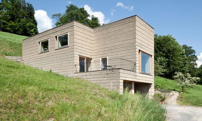 Martin Rauch vČesku ukazuje domy zdusané hlíny