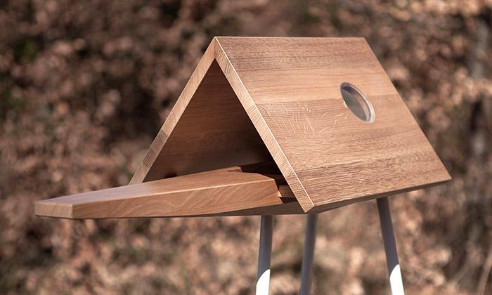 Češi navrhli krmítko pro ptáky sestřešním oknem