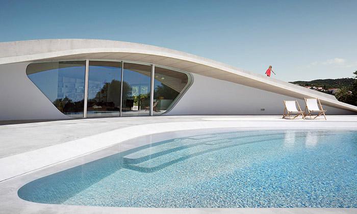 Villa Ypsilon jeřecké letní sídlo sezelenou střechou