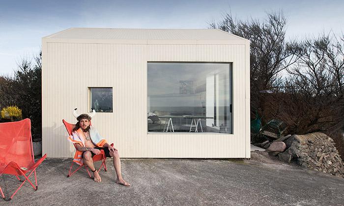 Muž samotář si napláži postavil malý domek Viking