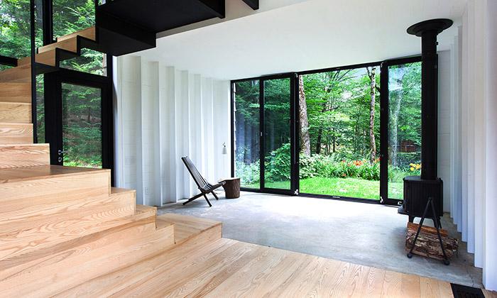 Nenápadná chata vQuébecu skrývá moderní interiér