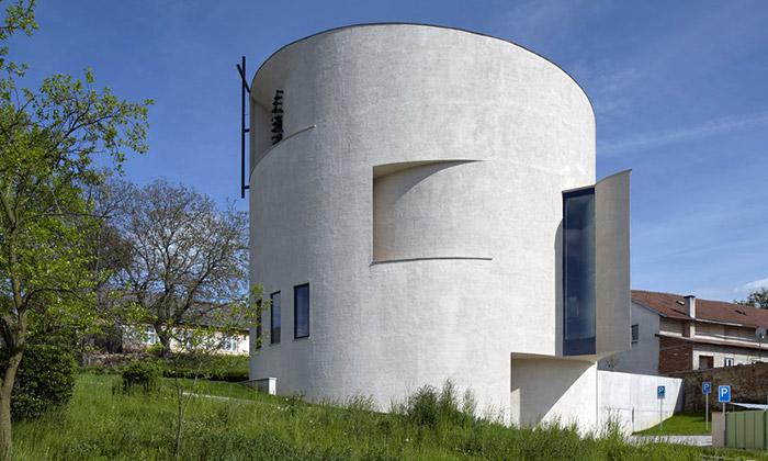 Sazovice si postavily moderní kostel svatého Václava