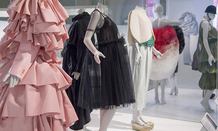 Londýn vystavuje 100 luxusních šatů odBalenciaga