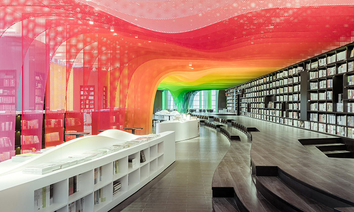 Čínské knihkupectví zdobí vlnící sekovová duha