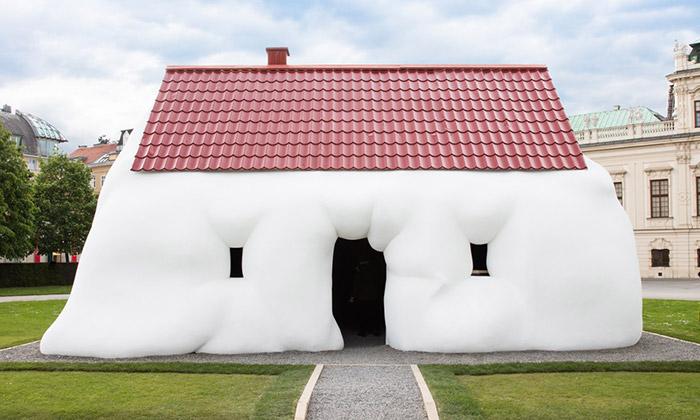 Erwin Wurm vystavuje veVídni svůj Tlustý dům