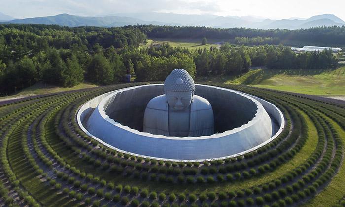 Tadao Ando postavil kopec okolo velké sochy Buddhy