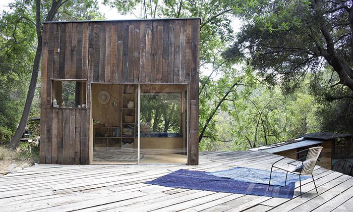 Architekt si postavil vparku Topanga chatku ze dřeva