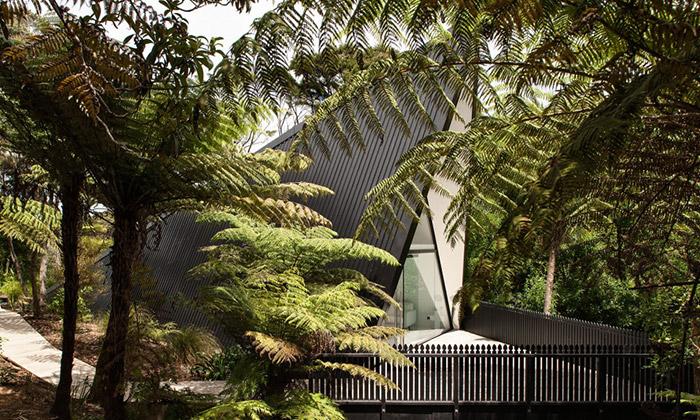 V novozélandském lese vyrostl víkendový Tent House