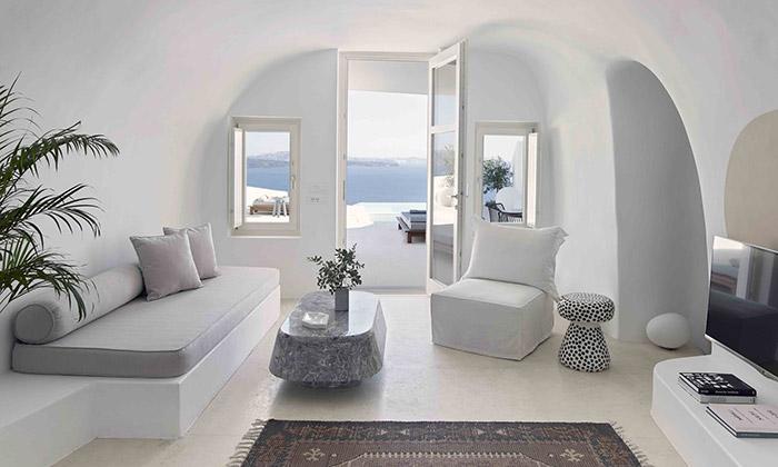 V řeckém Santorini vyrostl vbývalé jeskyni letní dům