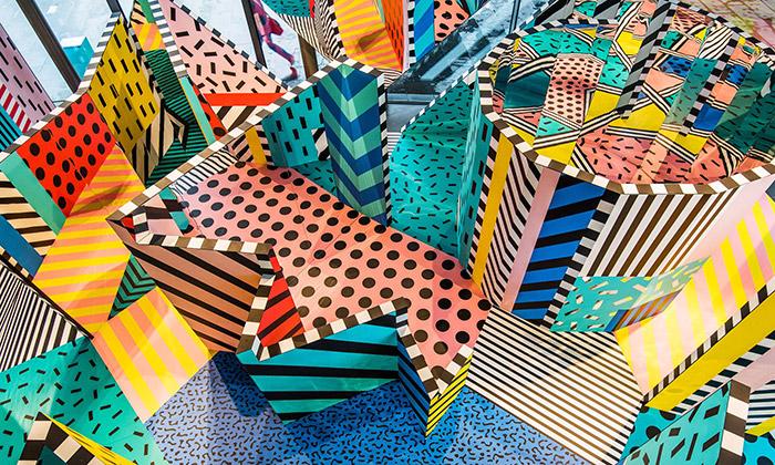 Camille Walala vytvořila pestrobarevný labyrint Play