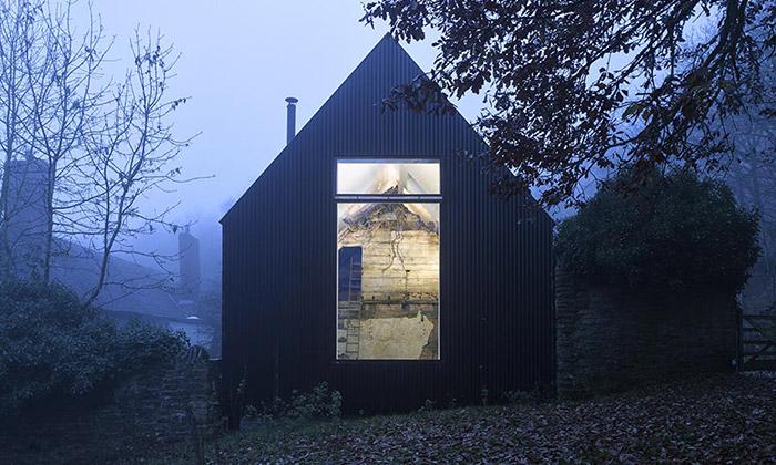 V Anglii dostavěli zchátralý dům vmoderním stylu