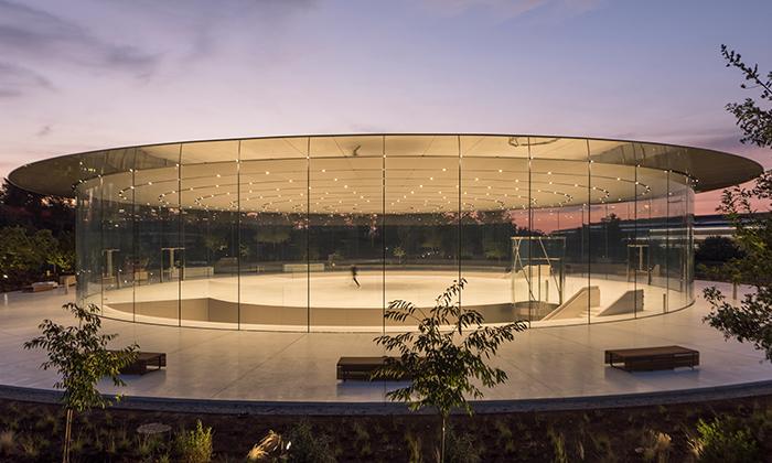 Apple otevřel unikátní Steve Jobs Theater odFostera