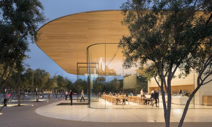 Foster dokončil Apple Park Visitor Center svyhlídkovou restaurací nastřeše
