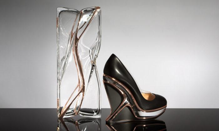 Charlotte Olympia uvádí boty akabelku vtekutém designu odZahy Hadid