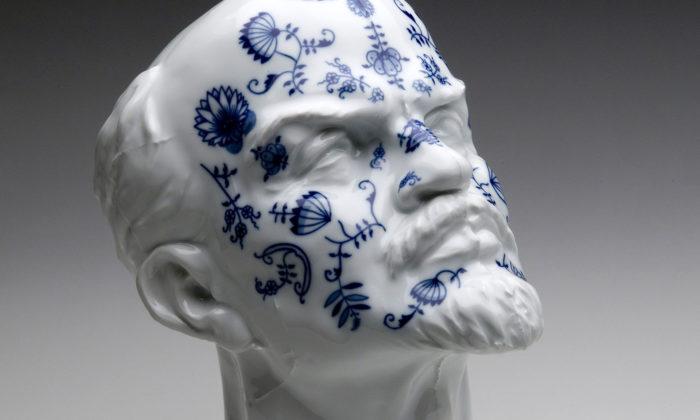 Maxim Velčovský vystavuje ikonický porcelán ikutilské objekty jako Smíšené zboží