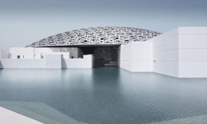 Louvre Abu Dhabi sunikátní kupolí odJean Nouvela seotevírá