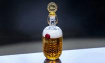 Láhve piva Pilsner Urquell odLukáše Jabůrka asklárny Moser nacharitativní účely