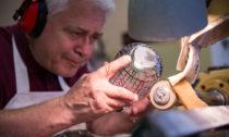 Láhve piva Pilsner Urquell od Lukáše Jabůrka a sklárny Moser na charitativní účely