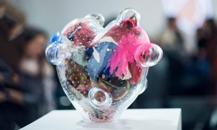 Čeští designéři vystavují svá výtvarná srdce pro projekt Loono