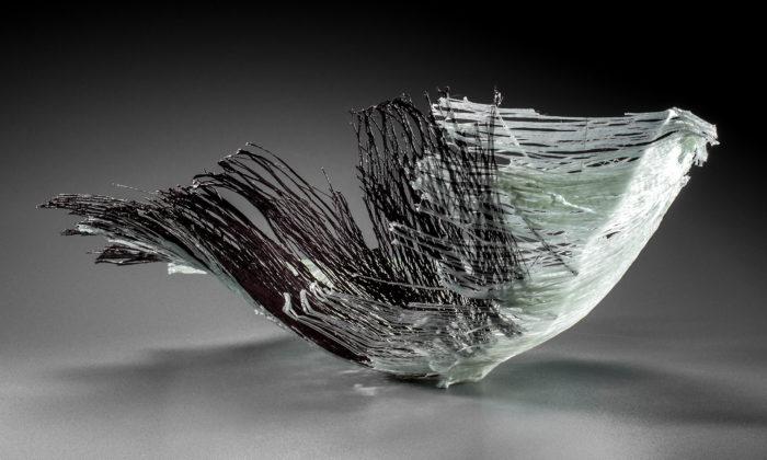 Zuzana Kubelková vytváří sošné objekty tavením skelné textilie