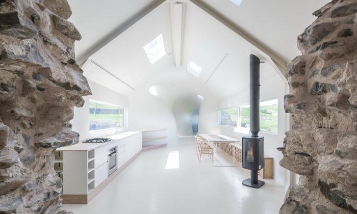 Skotská rodina si postavila moderní dům naruinách starého statku
