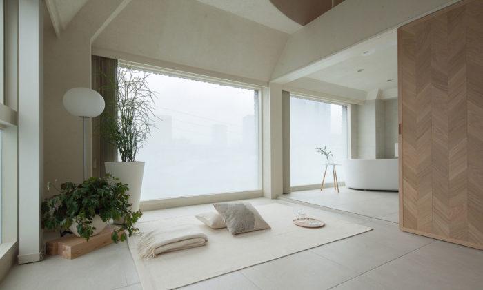 Malý tokijský byt dělí porekonstrukci důmyslná posuvná stěna ze dřeva