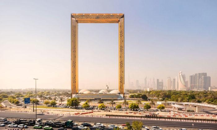 V Dubaji seotevřel mrakodrap Dubai Frame sdesignem zlatého rámu