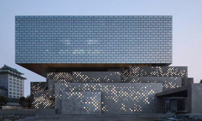 Ole Scheeren postavil vPekingu zděrovaných kvádrů Guardian Art Center